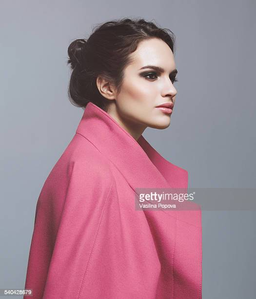 woman in pink coat - secteur de la mode photos et images de collection