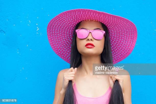 femme de couleur rose - lunettes de soleil teintées photos et images de collection