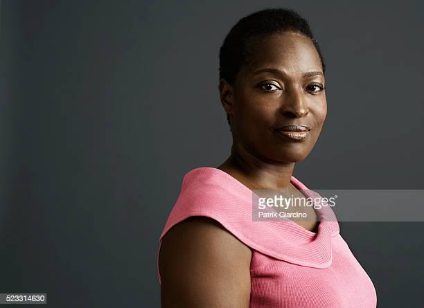 woman in pink top - formeel portret stockfoto's en -beelden