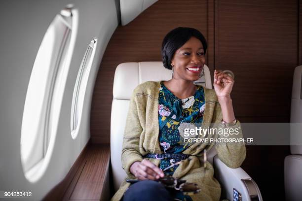 vrouw in prive-jet vliegtuig - voertuiginterieur stockfoto's en -beelden