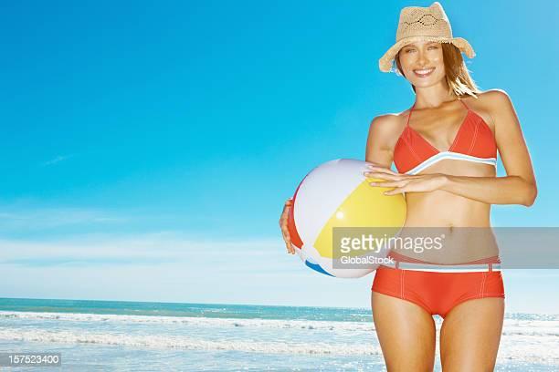 Frau in roten bikini mit einem beach-ball