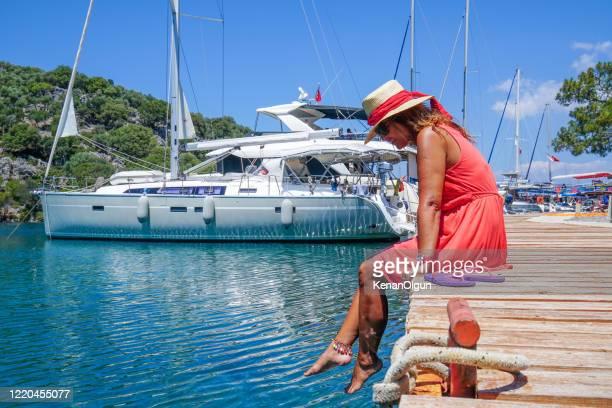 湾の赤いドレスを着た女性。 - 赤のドレス ストックフォトと画像