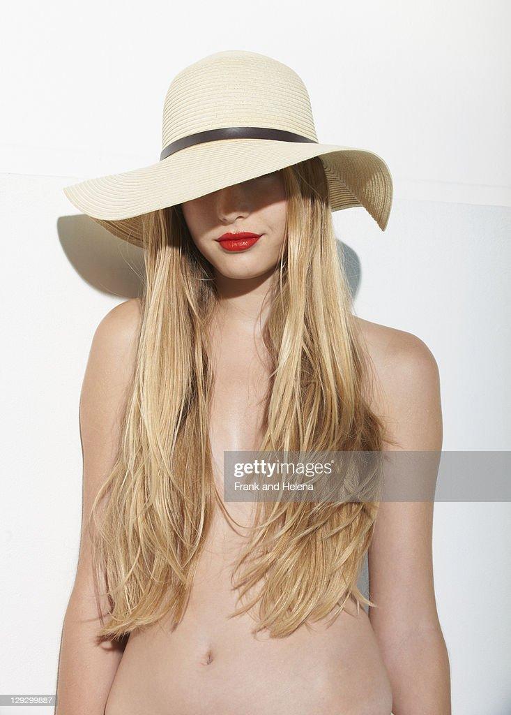 Frau in roten Lippenstift tragen Strohhut : Stock-Foto