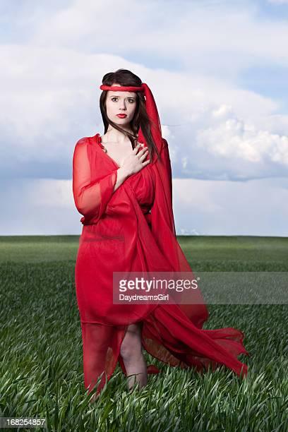 Frau in Rot im Freien mit Hand über Herz