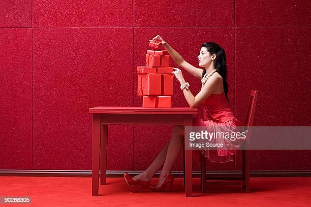 Femme en rouge avec des cadeaux