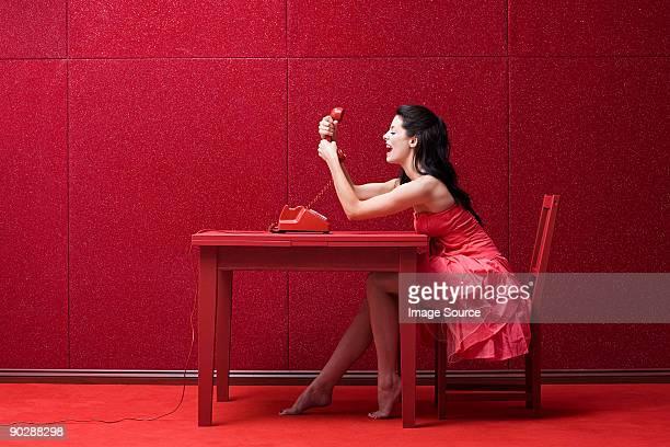 Frau in Rot mit Telefon
