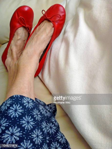 woman in red shoes relaxing - scarpa rossa foto e immagini stock