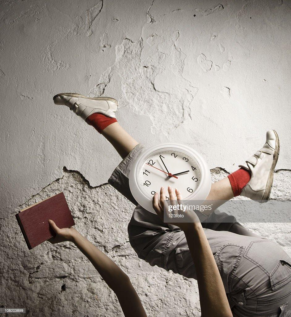 Frau Im Running Pose, Die Wand Uhr : Stock Foto