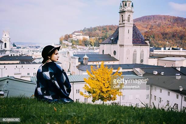 frau in salzburg - salzburg stock-fotos und bilder