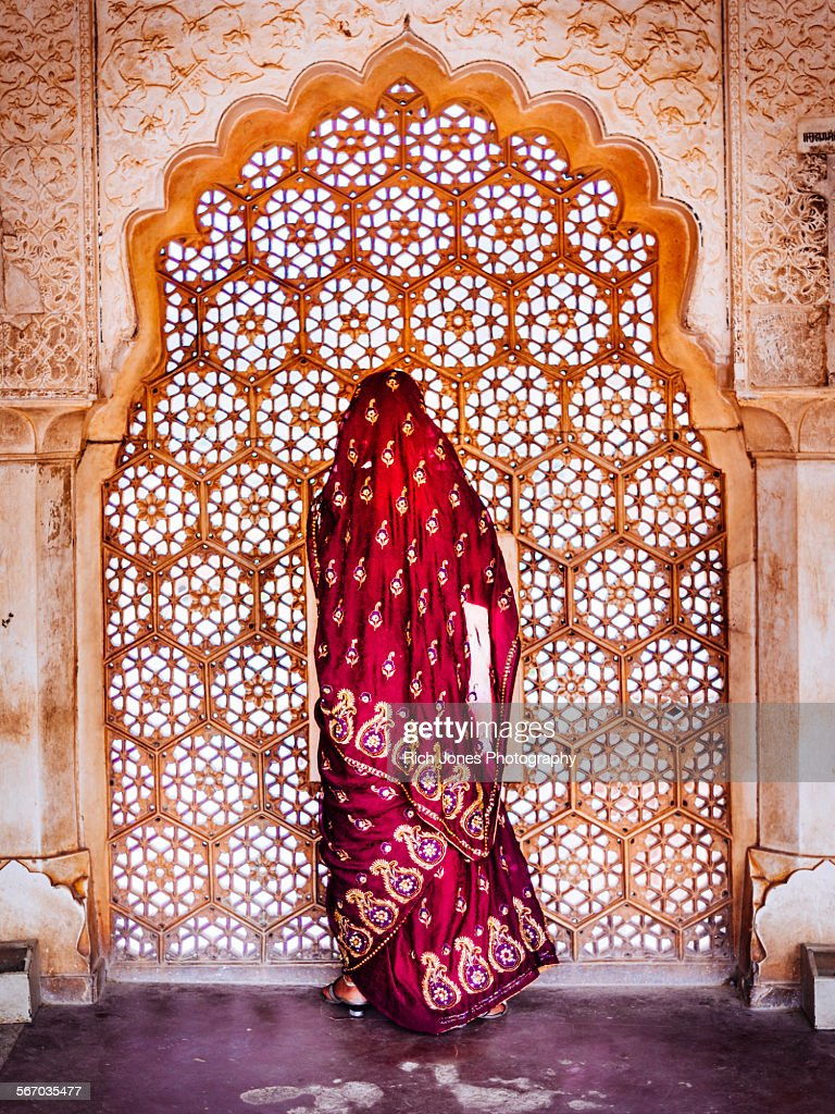 Woman in Sari at Decorated Window : Stock-Foto