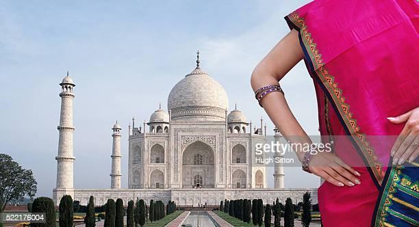 woman in sari, taj mahal, agra, uttar pradesh, india - hugh sitton stock pictures, royalty-free photos & images