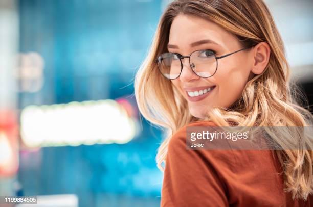woman in shopping mall - occhiali da vista foto e immagini stock