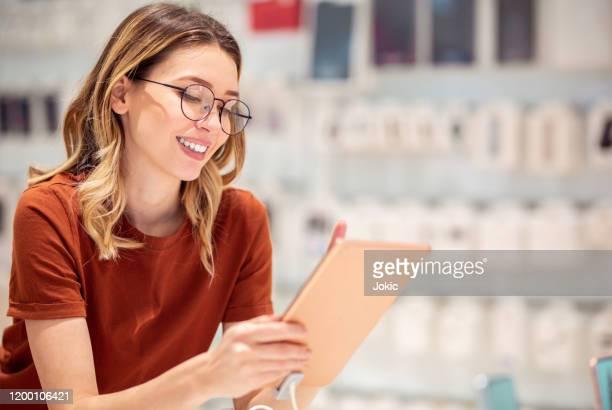 vrouw in winkelen - mobile stockfoto's en -beelden