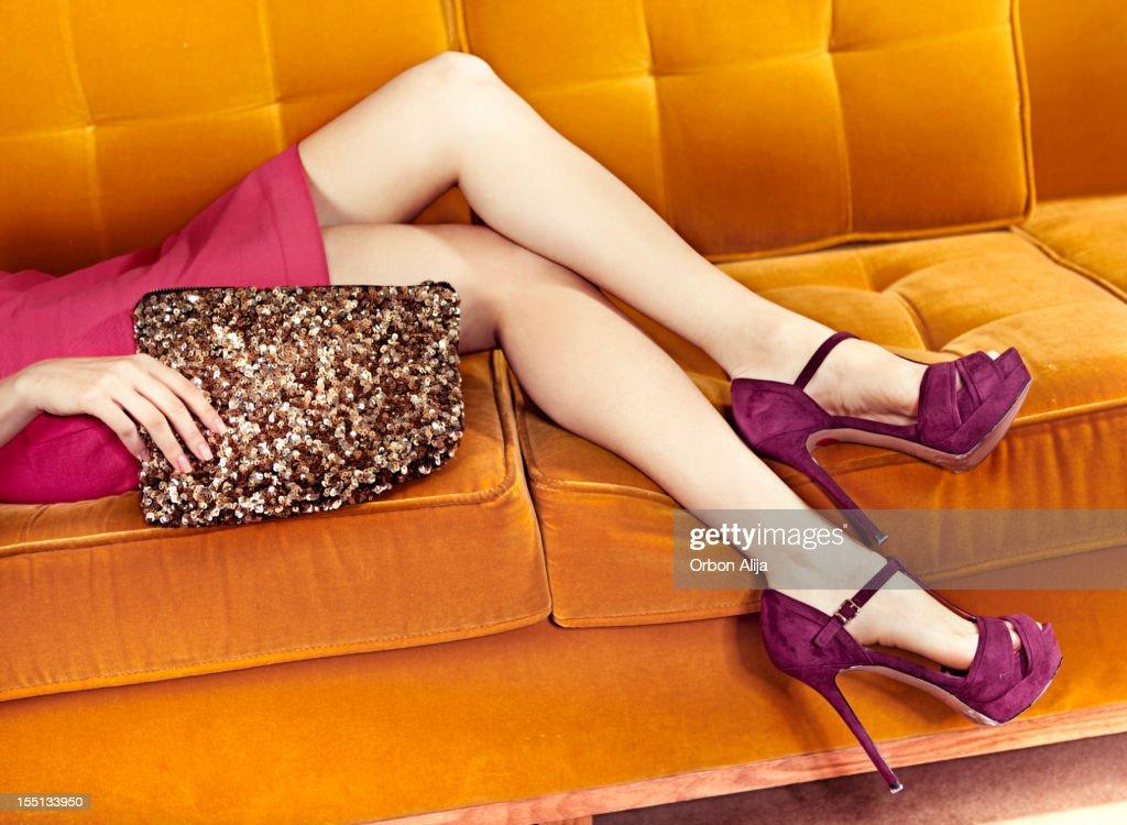 Mulher no sofá : Foto de stock