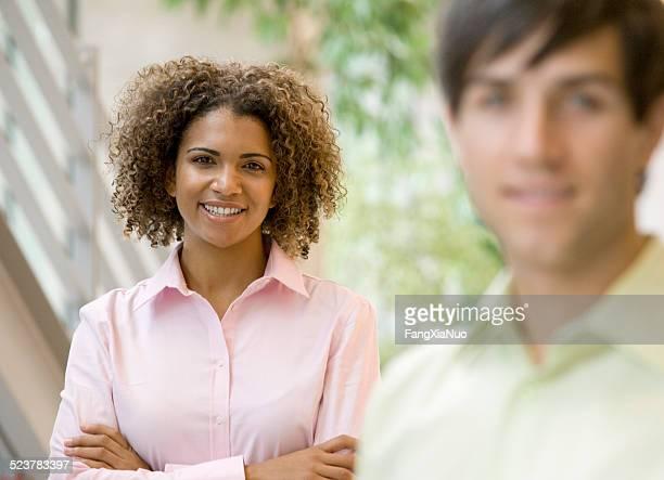 Mujer sonriente en traje