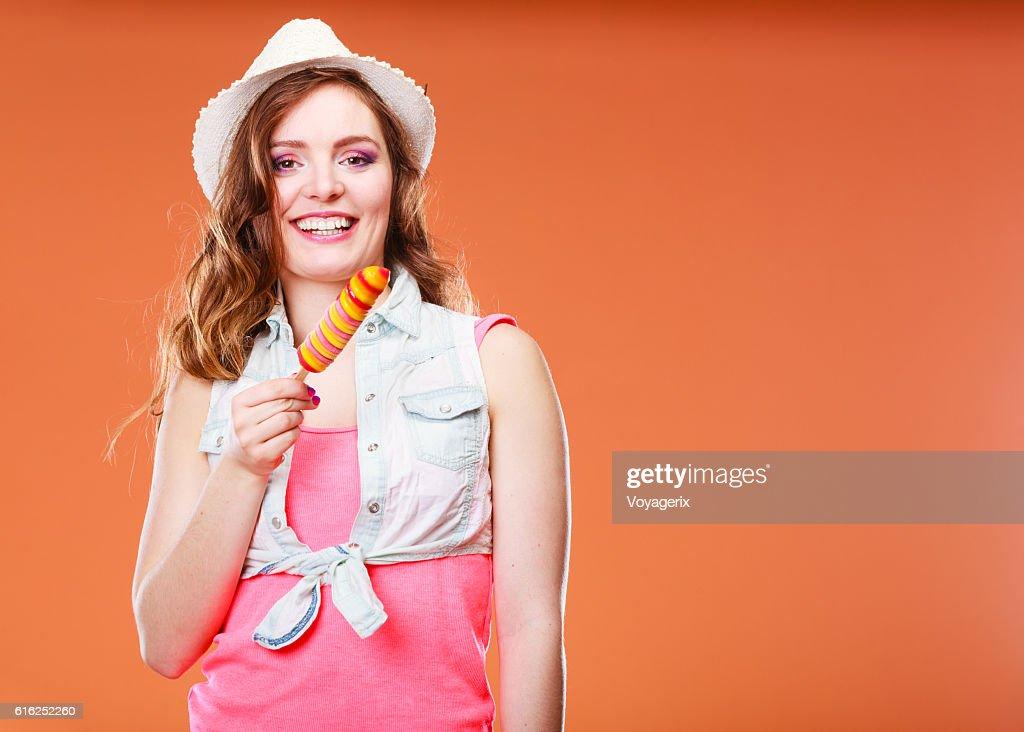 Mulher no Chapéu de Verão comer Gelado de creme : Foto de stock
