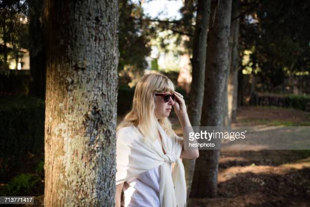 woman in sunglasses strolling in vineyard woodland - heshphoto photos et images de collection