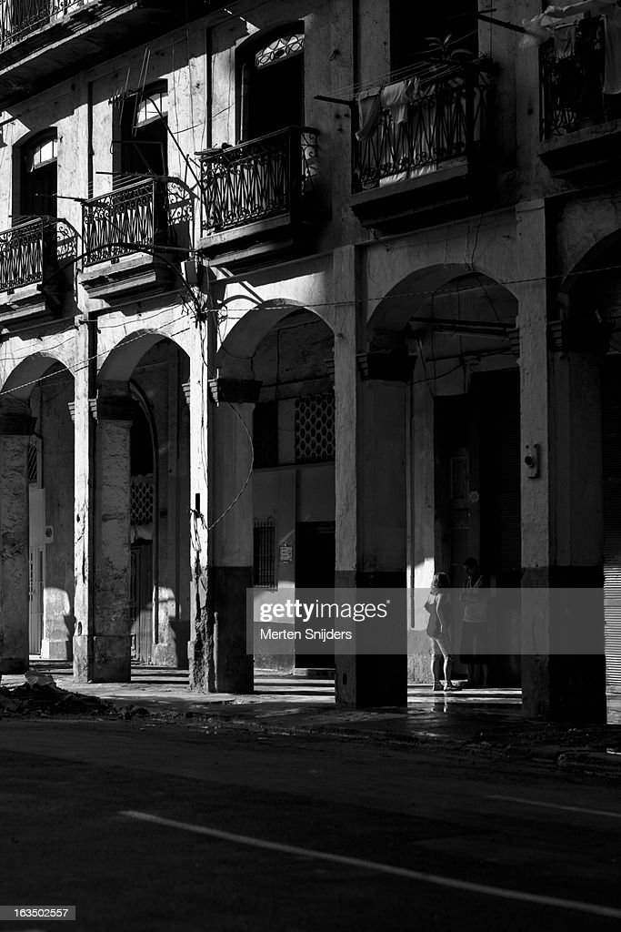 Woman in sunlight below arches : Stockfoto