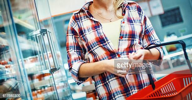 女性のスーパー。