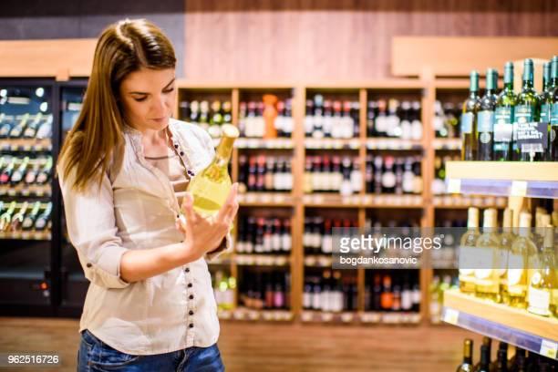 mujer en el supermercado - alcoholismo fotografías e imágenes de stock