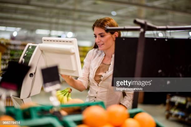 女性のスーパーマーケット - セルフサービス ストックフォトと画像
