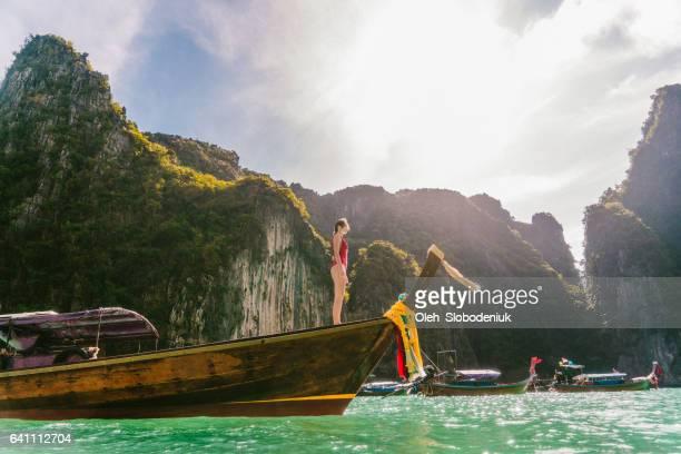 frau in thai taxi-boot - asiatisches langboot stock-fotos und bilder