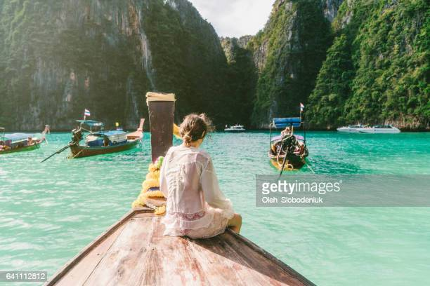 frau in thai taxi-boot - phi phi islands stock-fotos und bilder