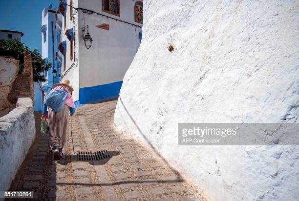 A woman in the Medina of the northwestern Moroccan city of Chefchouen in the northern Rif region on September 21 2017 / AFP PHOTO / FADEL SENNA