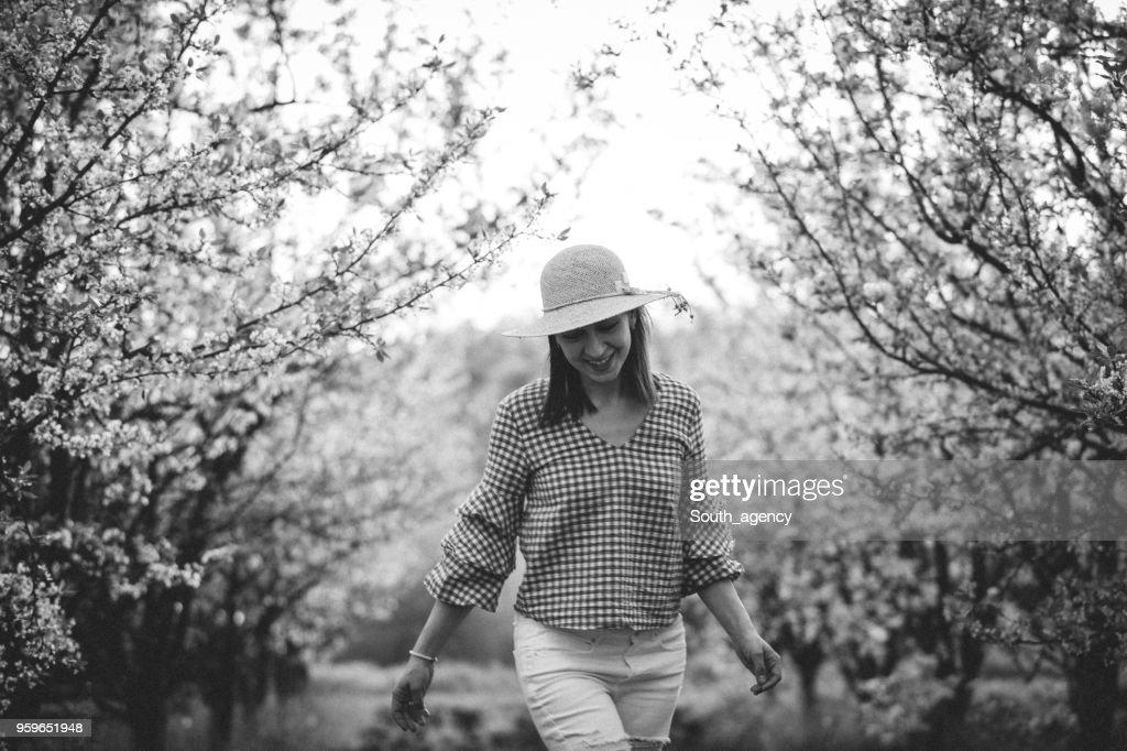 Frau im Obstgarten : Stock-Foto
