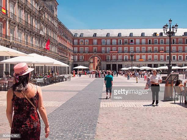 a woman in the plaza mayor aquare - personas en el fondo fotografías e imágenes de stock