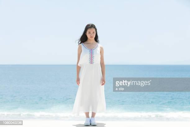 海辺に佇む女性 - 女子大生 ストックフォトと画像