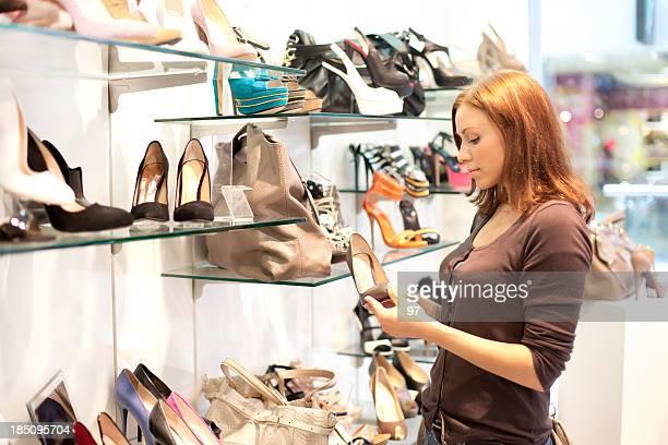 Femme dans la boutique pour acheter chaussures