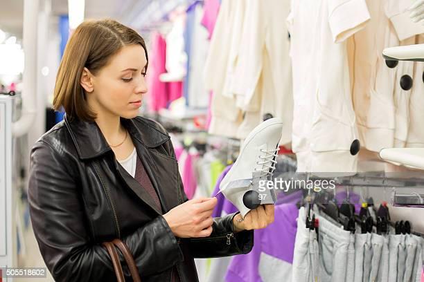Frau im shop kaufen Schuh
