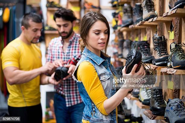 女性の店舗地でハイキングブーツ