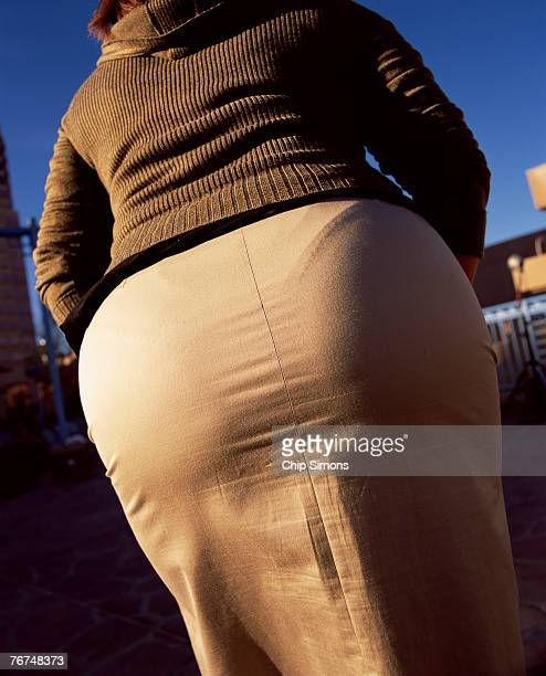 woman in tight fitting skirt - fesses culotte photos et images de collection