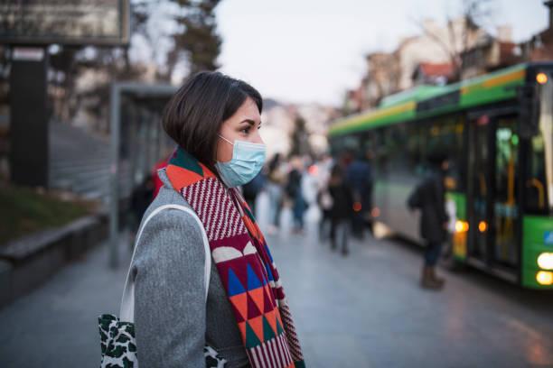 保護フェイスマスクを着用した町の女性。