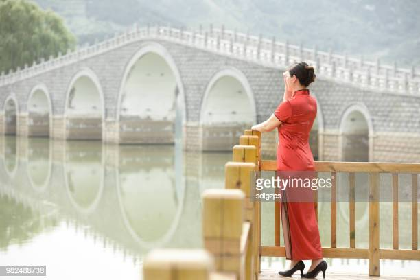 Femme en costume chinois traditionnel