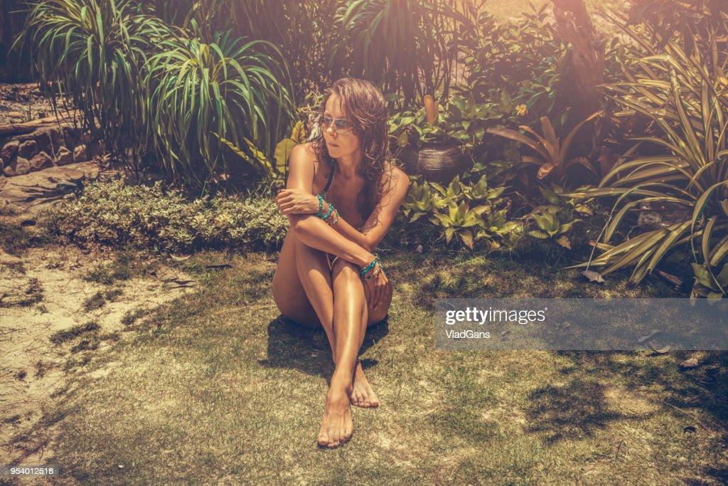 mulher em tropical : Foto de stock