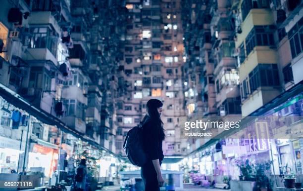 Frau im urbanen Umfeld