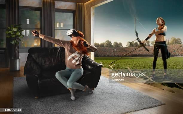 vr メガネの女性。アーチェリーとバーチャルリアリティ - 仮想空間の視点 ストックフォトと画像