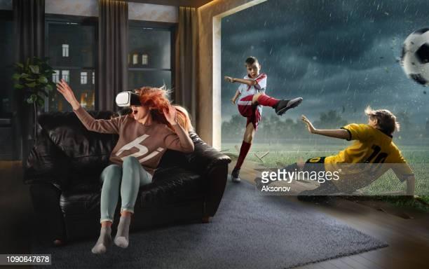 vr メガネの女性。子供のサッカーと仮想現実 - 仮想空間の視点 ストックフォトと画像