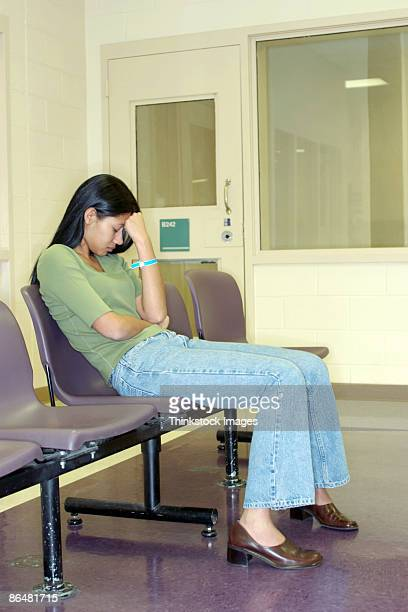 woman in waiting room - thinkstock foto e immagini stock