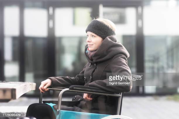 woman in wheelchair in street - sigrid gombert imagens e fotografias de stock