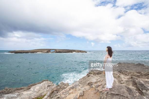 woman in white dress on sea shore - 白のドレス ストックフォトと画像