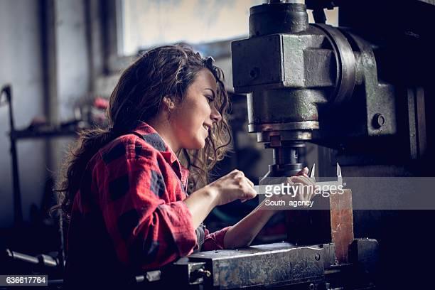 Frau in der Werkstatt