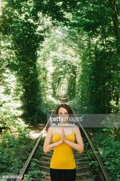 黄色のタンクはトンネルの愛のヨガの女性 - 愛のトンネル ストックフォトと画像