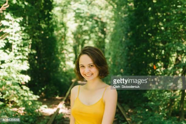 女性愛のトンネルでの黄色のタンクに立って - 愛のトンネル ストックフォトと画像