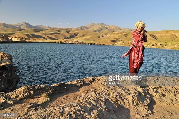 Femme dans la zone jaune Turban Lac Desert