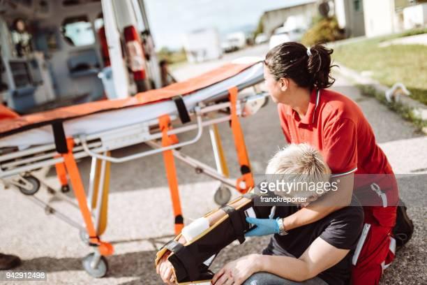mulher ferida sentado no chão após um acidente de carro - membro - fotografias e filmes do acervo