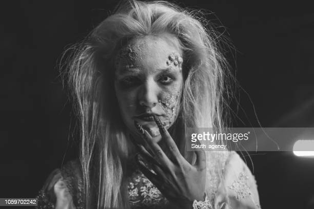 女性は、ハロウィーンの魔女